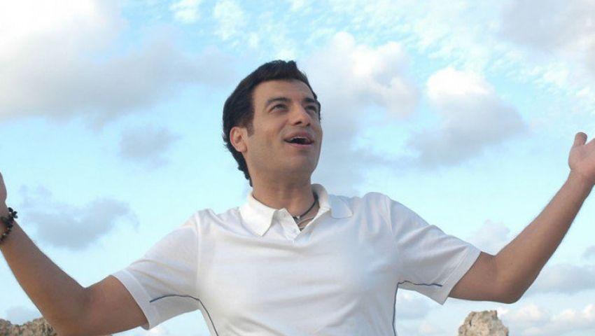 فيديو| بنكهة التسعينيات.. إيهاب توفيق يطرح «الصيف والبحر»