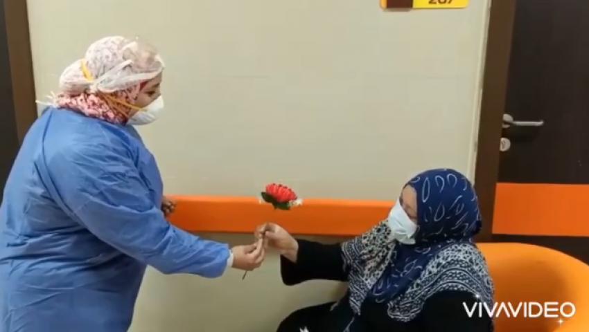 فيديو  «معاك في العزل» تودع المتعافين من كورونا بـ «الورود»