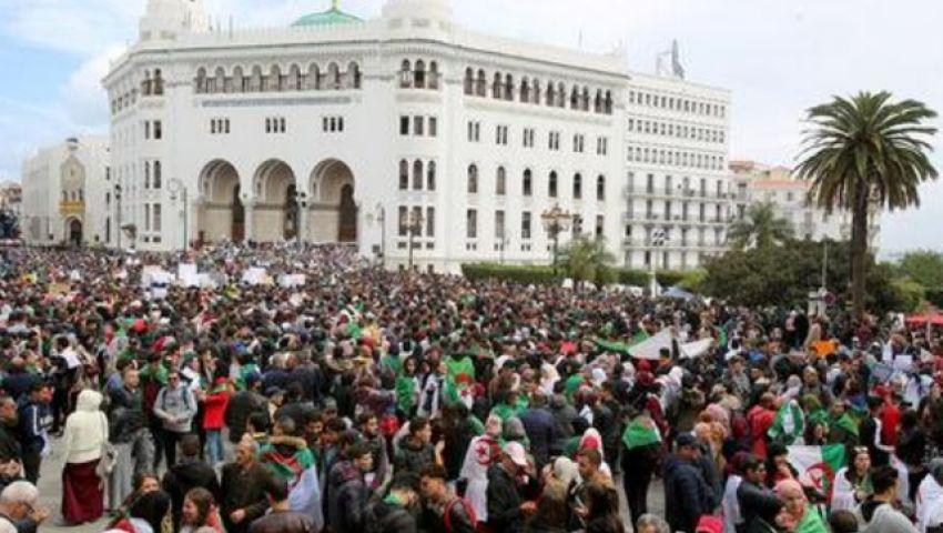 في الجزائر.. الجيش يدير ظهره للرئيس بوتفليقة ويدعم المحتجين