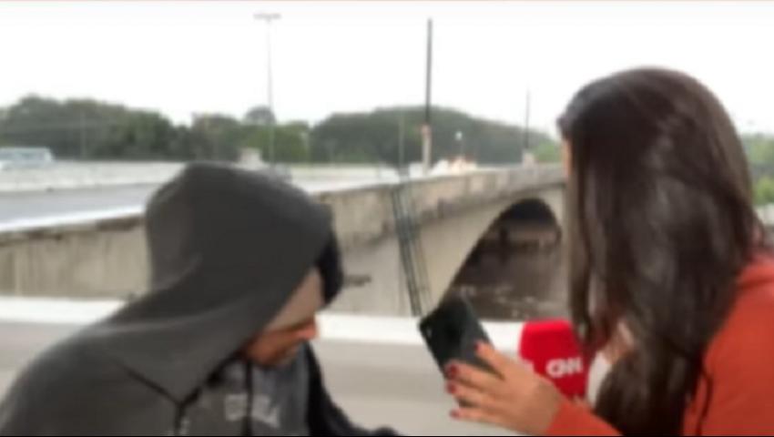 فيديو| «جريمة على الهواء».. سرقة مراسلة «CNN» أثناء البث