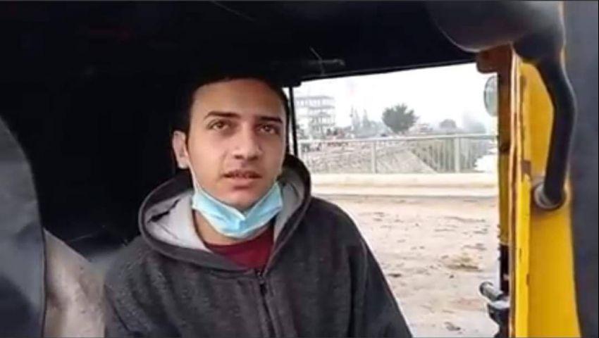 صور| «عماد».. طالب طب صباحًا وسائق «توكتوك» ظهرًا