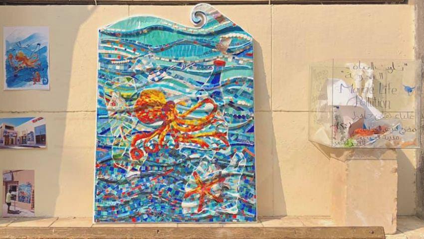 في جدارية مشروع تخرجها.. «علياء» تجسد تأثير النفايات والبلاستيك على الكائنات البحرية