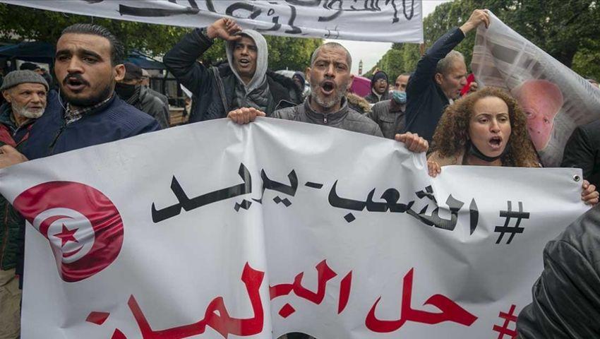 نزاع «الصلاحيات» يخنق مهد الربيع العربي.. تونس تغرق في الأزمات