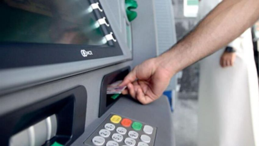 فيديو| هذه عمولات السحب من ماكينات الصراف الآلي خارج مصر في 10 بنوك