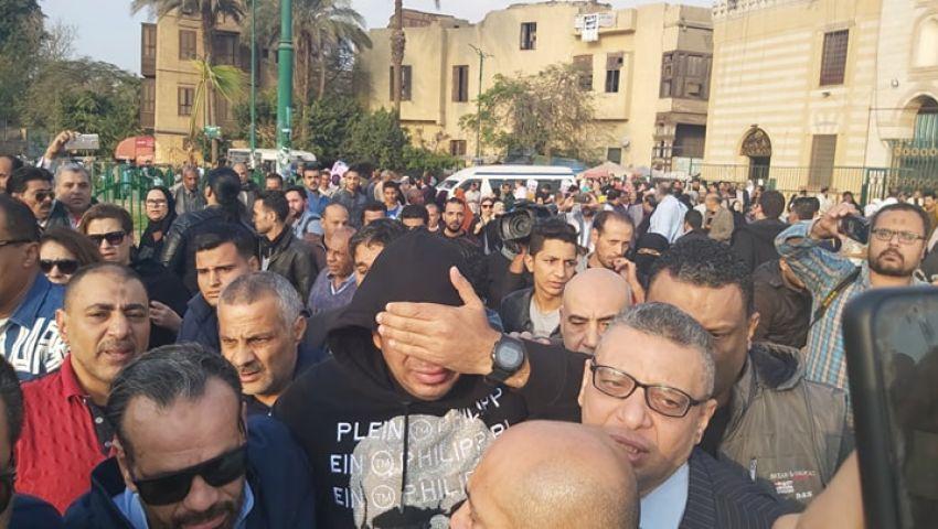 فيديو وصور| صراخ وبكاء في جنازة شعبان عبدالرحيم بالسيدة نفيسة