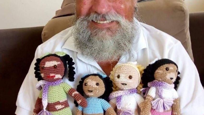 مسن برازيلي يرفع الحرج عن «البهاق» بـ«عرايس كروشيه»