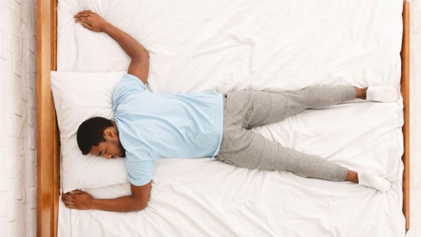 نصائح طبية.. ما أفضل وضعية لنوم مصاب كورونا؟ (فيديو)