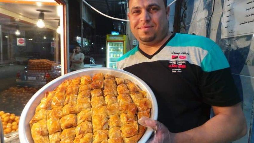صور  «طارق زلابيانو».. أشهر صانع زلابية في رمضان بطور سيناء