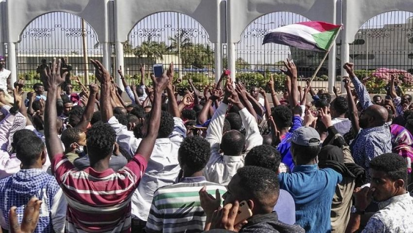 واشنطن بوست: مع تعثر المحادثات.. هل انتهى شهر عسل السودان بعد البشير؟