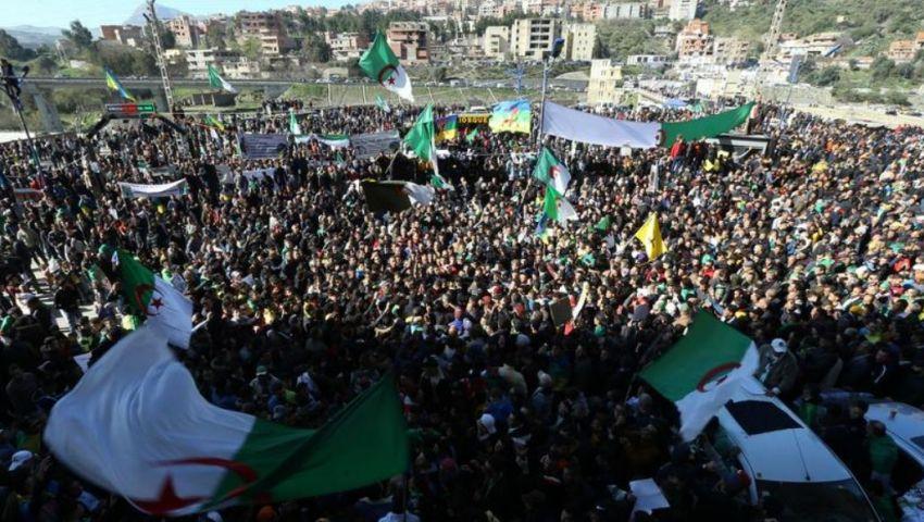 في الذكرى الثانية للحراك.. آلاف المتظاهرين يقتحمون ساحات العاصمة الجزائرية