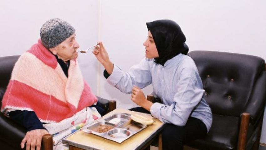 مشروع «رفيق المسن».. وظيفة للشباب ورعاية لكبار السن