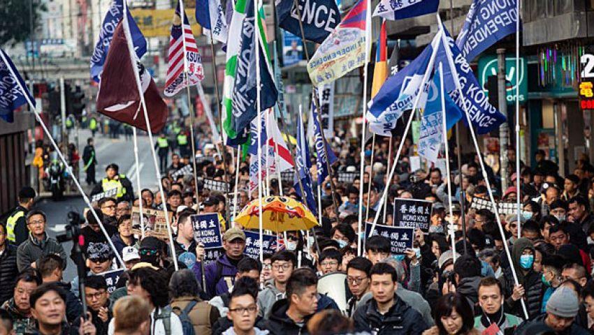 شرطة هونج كونج تفرِّق مسيرة حاشدة بـ«الهراوات»
