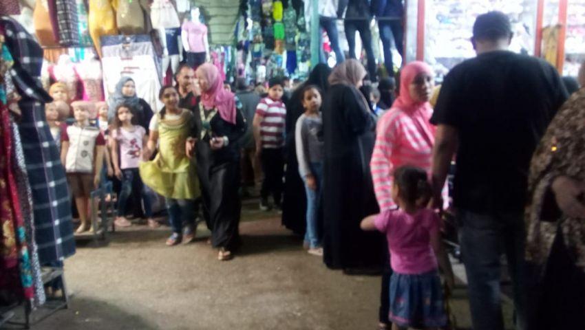 صور| بعد الإفطار.. أسواق ملابس العيد تنتعش.. ومواطنون: التجار تستغل الموسم لرفع الأسعار