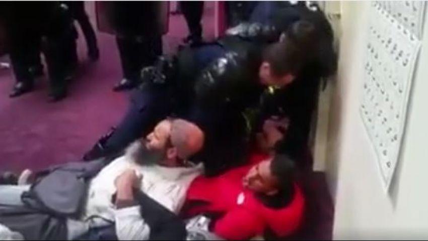 بالفيديو.. الشرطة الفرنسية تجبر المصلين على الخروج من المسجد بالقوة