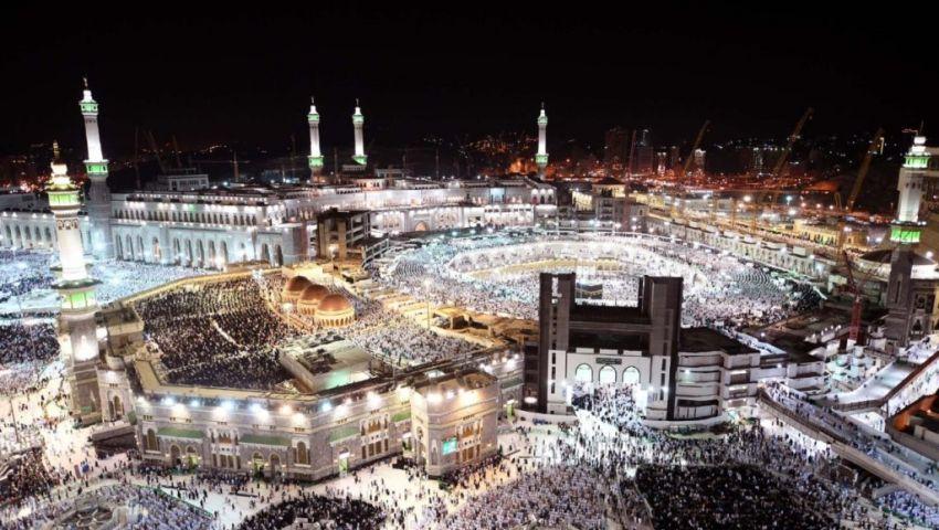 الآلاف يتحرون ليلة القدر في المسجد الحرام