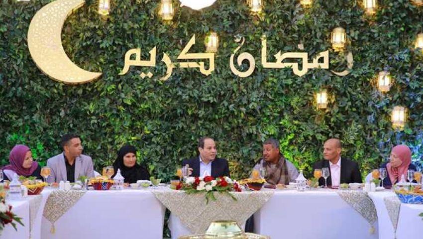 للعام الثالث.. بالصور| السيسي يتناول الإفطار مع مواطنين بمقر إقامته