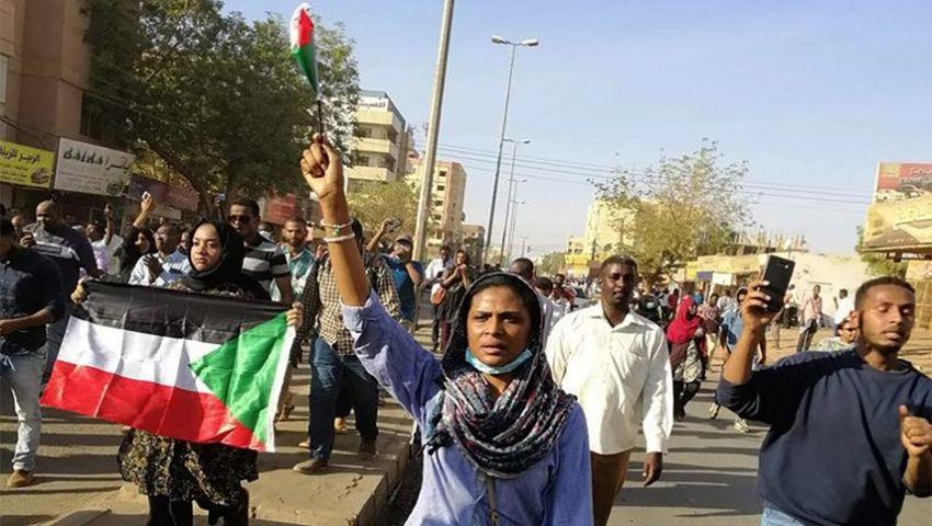 فيديو| بعد 50 يوما من الاحتجاجات.. هكذا يخفت البشير أصوات النساء