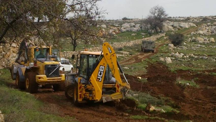 تمهيدًا لبناء بؤرة استيطانية.. مستوطنون يجرفون أراضي زراعية جنوب الضفة الغربية