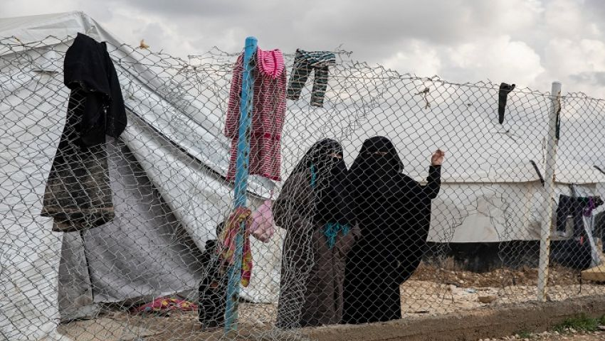 نيويورك تايمز: بعد هزيمة داعش.. نساء وأطفال «الخلافة» مشتتون في الأرض