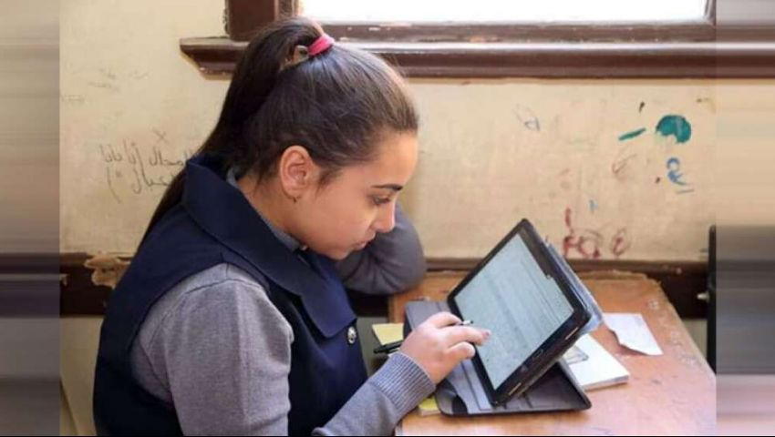 بعد 3 سنوات «تابلت».. لماذا عادت «التربية والتعليم» للامتحانات الورقية؟
