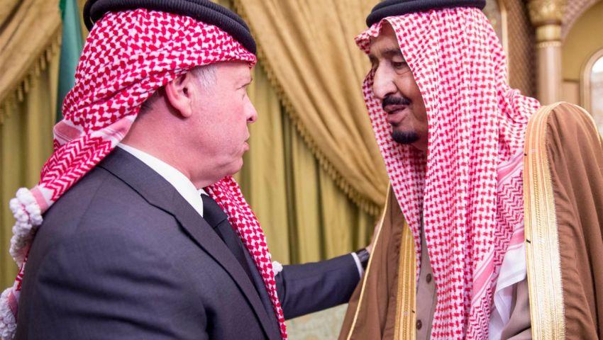 عاهل الأردن يقلد الملك سلمان أعلى وسام ببلاده