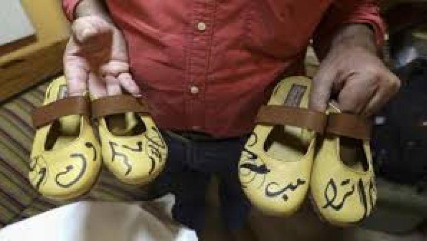 بكتابة اسمهما على الأحذية.. رسالة إسكافي فلسطيني لـ«ترامب وماكرون»