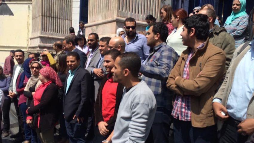 بالصور| صحفيون على سلالم النقابة بعد حكم حبس قلاش: الصحافة مش بتخاف