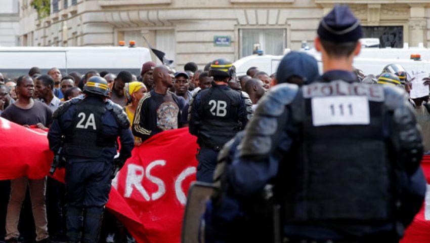 صور  السترات السوداء  تتظاهر في باريس لتسوية أوضاع المهاجرين