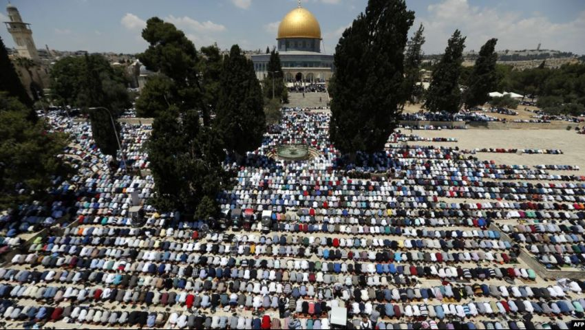 100 ألف فلسطيني يؤدون صلاة الجمعة الثالثة من رمضان في الأقصى