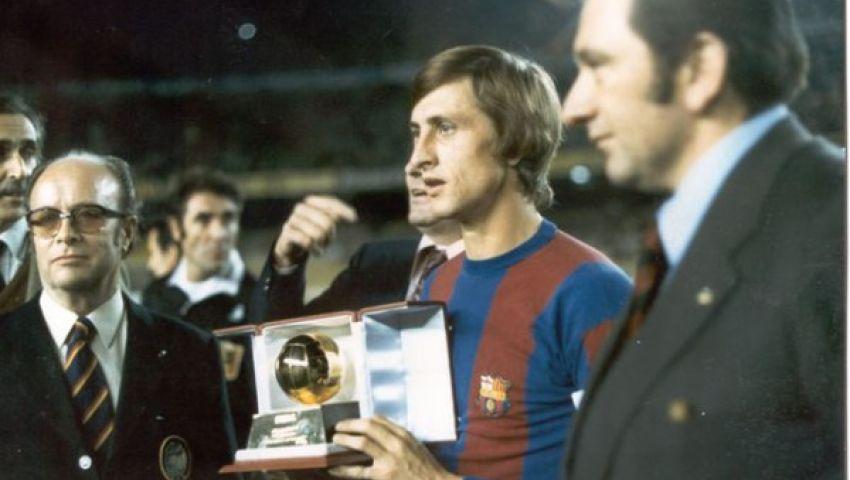 نجل كرويف يهدي الكرة الذهبية لنادي برشلونة