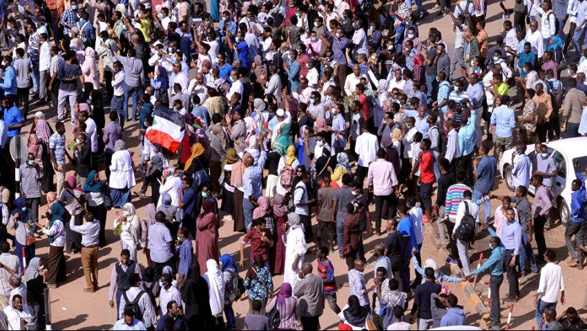فيديو| في السودان.. مدير المخابرات يفاجيء «متظاهري تنحي البشير» ويفرج عنهم