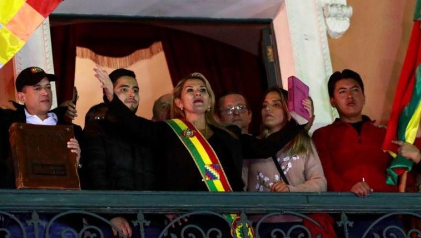 دخلت القصر ملوحة بالإنجيل.. جانين آنيز تعلن نفسها رئيسة انتقالية لبوليفيا