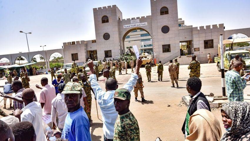 بلومبرج: احتجاجات السودان تتحدى قبضة الجيش على السلطة