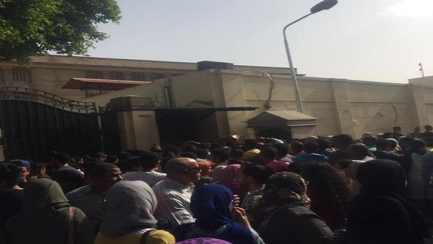 فيديو وصور| حفل«حماقي» يشل حركة المرور بمحيط جامعة القاهرة