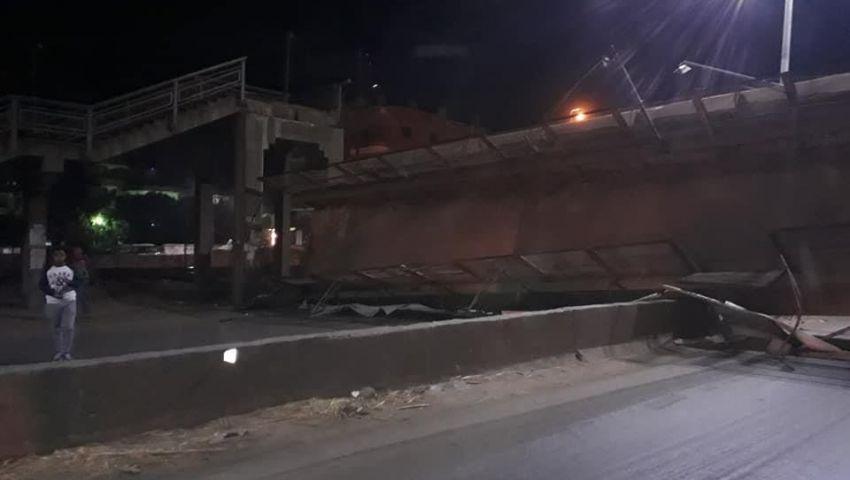بالصور| أسقطته سيارة نقل.. انهيار كوبري مشاة على زراعي «القاهرة - الإسكندرية»