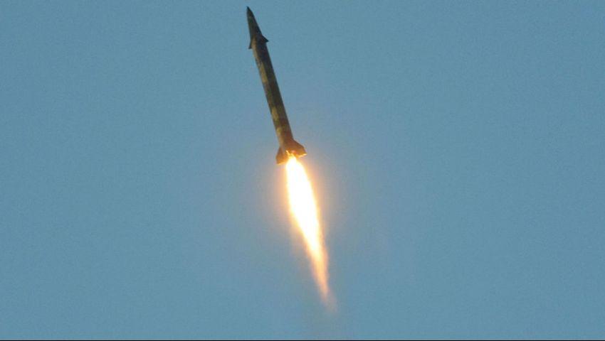 الحوثي يطلق صاروخا باليستيا على عرض عسكري.. هذا ما حدث في مأرب