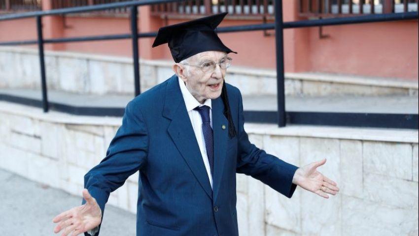 بدرجة امتياز..مسن يقهر الشيخوخةويتخرج في الجامعة بعمر 96 عامًا
