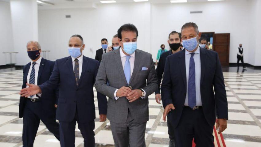 وزير التعليم العالي يتفقد تصنيع أدوية كورونا في «إيفا فارما»