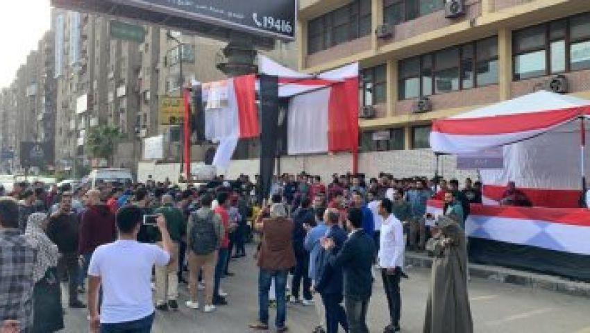 أول ساعات الاستفتاء على الدستور.. مسيرة وأعلام وأغاني وطنية