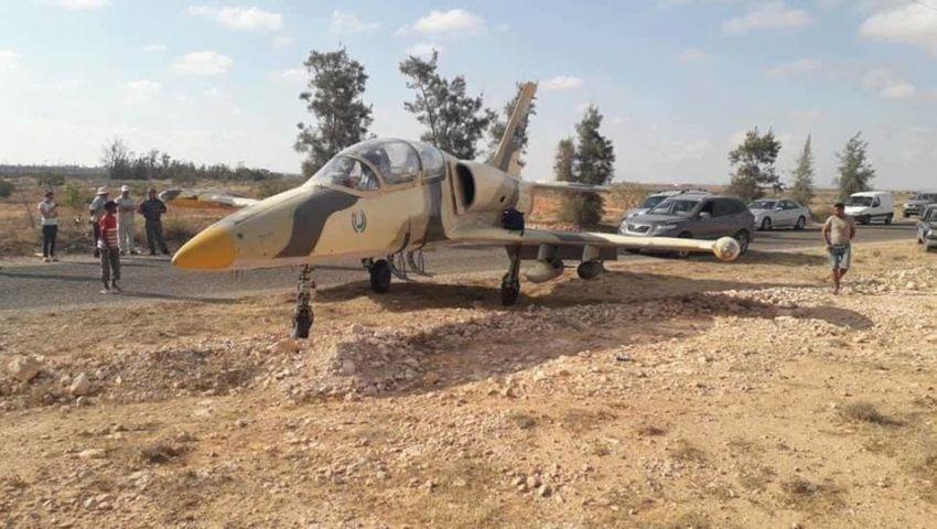 صور وفيديو| محملة بالصواريخ.. ما هي قصة المقاتلة الليبية التي هبطت اضطراريا في تونس