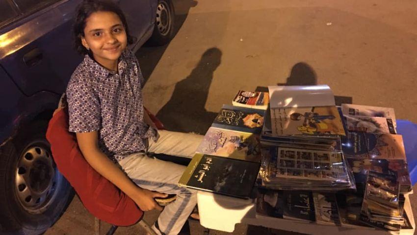 «يسر».. طفلة تبيعالكتب لإعانة والدتها على أعباء الحياة بالإسكندرية