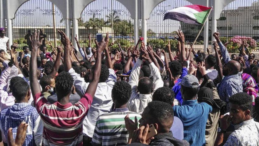 صحيفة ألمانية: فلول النظام القديم يجهضون حلم الديمقراطية في السودان والجزائر