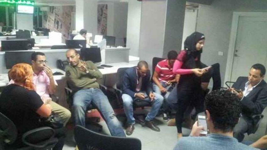 بسبب تخفيض الرواتب.. صحفيو التحرير يعتصمون داخل الجريدة (القصة الكاملة)