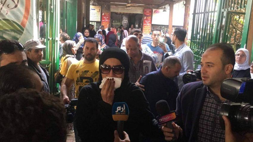 صورة | وفاء عامر تغادر الجنازة قبل وصول جثمان هيثم أحمد زكي