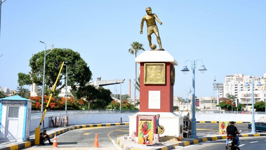 صور| تحطم تمثال «لاعب الكرة» أمام بوابة إستاد الإسكندرية