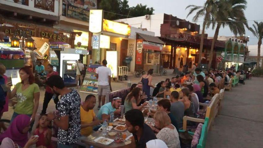 بالصور| أهالي دهب ينظمون أطول مائدة رمضانية على الممشى السياحي
