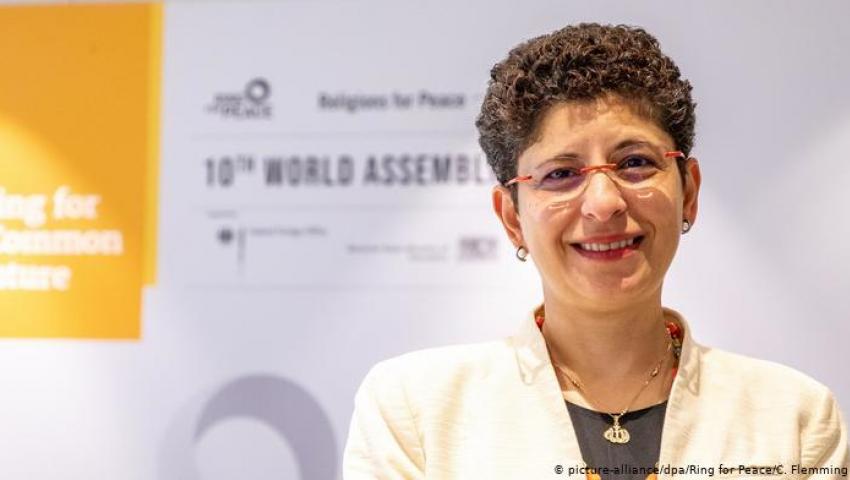 دويتشه فيله: المصرية «عزة كرم» سفيرة عالمية للعلاقات بين الأديان المختلفة